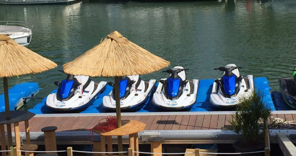 Ponton flottant jet ski